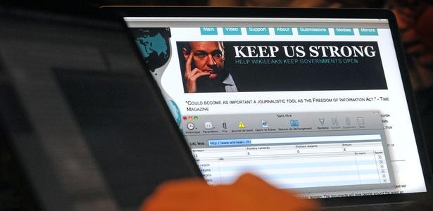 Hacker francês do grupo Degenerescience visita o Wikileaks num café em Lille, França