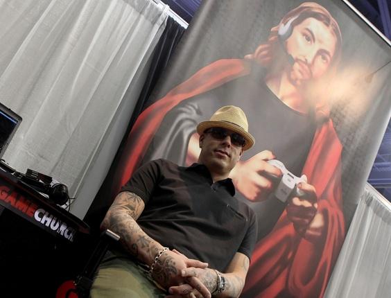 Mikee Bridges distribui pendrives no formato de cruz para promover seu site, o Game Church