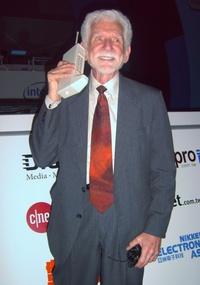 Martin Cooper, pioneiro do celular. Ele foi o 1ª a fazer uma ligação de um telefone móvel