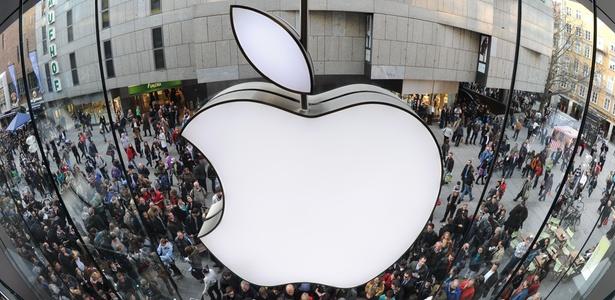 Usuários fazem fila para entrar em loja da Apple na Alemanha para comprar o iPad 2