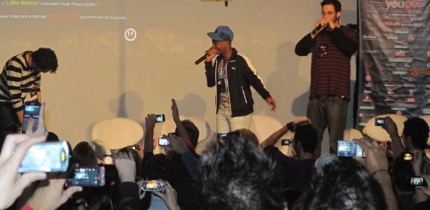 Vitor Oliveira de Souza (centro), cantor da m�sica Sou Foda, em apresenta��o no YouPix 2011; No palco tamb�m est�o Mauricio Cid (e) e Rafinha Bastos (d)
