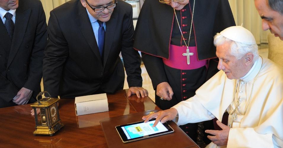 Papa Bento 16 usa tablet para publicar o seu primeiro tuíte. Na mensagem, o pontífice lançou o novo site do Vaticano