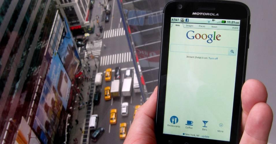 Smartphone da Motorola exibe página inicial do Google