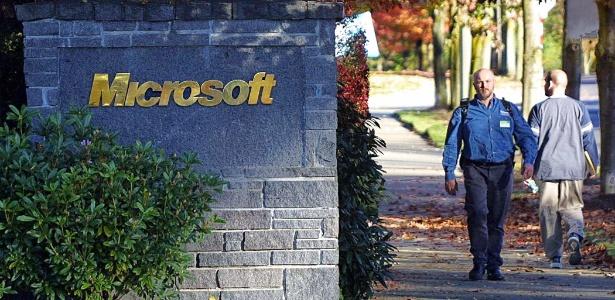 Homem caminha por sede de Microsoft, em Redmond (EUA); empresa é líder em pedido de remoção