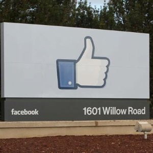 Sede do Facebook em Menlo Park, Calif&#243;rnia, tem desenho do bot&#227;o curtir na entrada 