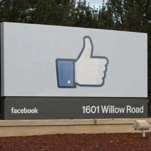 Sede do Facebook em Menlo Park, Califórnia, tem desenho do botão curtir na entrada
