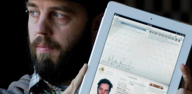 Martin Reisch, 33, apresentou uma imagem digitalizada do passaporte no tablet ao policiais na fronteira com o Estado americano de Vermont e teve a passagem liberada