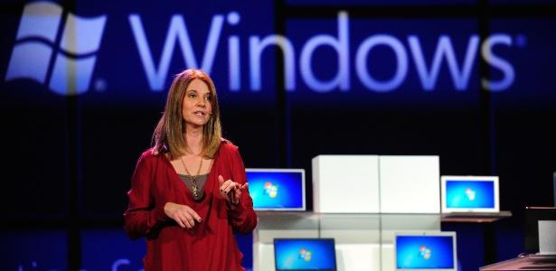 Tami Reller, diretora de marketing da Microsoft, exibe recursos do Windows 8 em edição de 2012 da CES