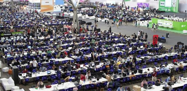 6.fev.2012 - Imagem da edição do ano passado da Campus Party. A mesa onde os chamados campuseiros usam a conexão pode chegar a 20 Gbps