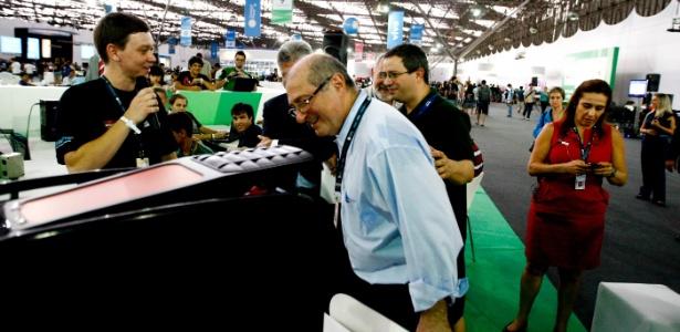 Paulo Bernardo (c), ministro das Comunicações, visita a feira de tecnologia Campus Party 2012