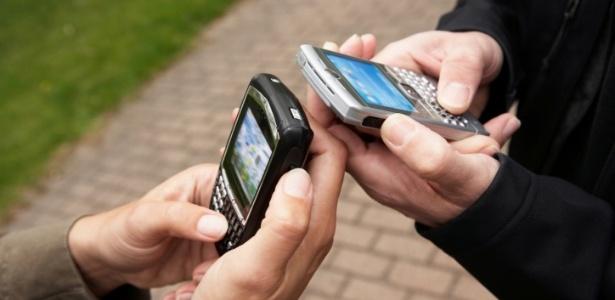 Smartphones possuem sistema operacional robusto; celulares comuns têm recursos espartanos