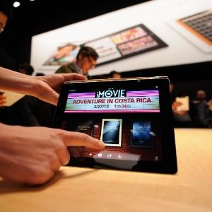 Jornalistas manuseiam a terceira geração do iPad durante o lançamento do tablet no dia 7 de março