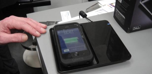 Powerpad, da Gear4, carrega gadgets da Apple com uma espécie de capa de borracha líquida