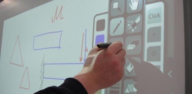 Com uma caneta, é possível tanto escrever como desenhar formar geométricas