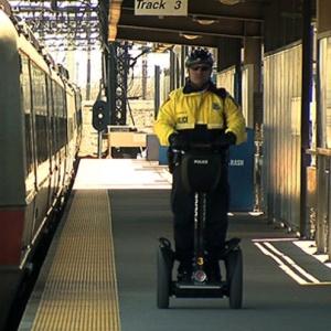 Guarda dirige patinete Segway - Divulgação/Segway