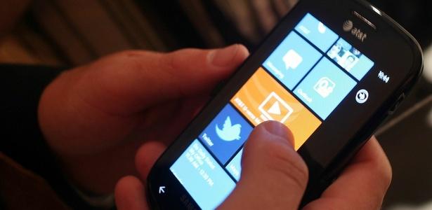 Usuário mexe no smartphone Focus, da Samsung, com o sistema Windows Phone 7