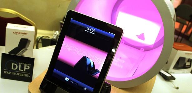 O Cinemim Slice, da WowWee, transforma eletrônicos em projetores, exibindo o conteúdo armazenado neles na parede. Acessório é compatível com iPhone, iPod e iPad