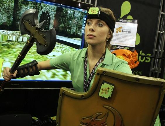 Caixinhas verdes (na testa e no escudo) são coladas com velcro, permitindo assim que o videogame identifique movimentos dos usuários. A novidade deve custar menos de US$ 500