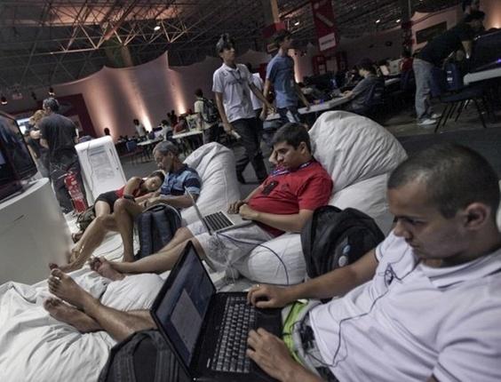 Campuseiros dependem dos cabos azuis para ter conexão -- todas as redes Wi-Fi são piratas
