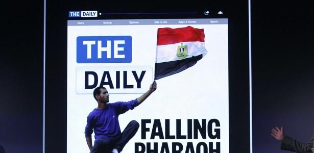 Jesse Angelo (d), editor-chefe, mostra página do jornal 'The Daily', feito apenas para o iPad