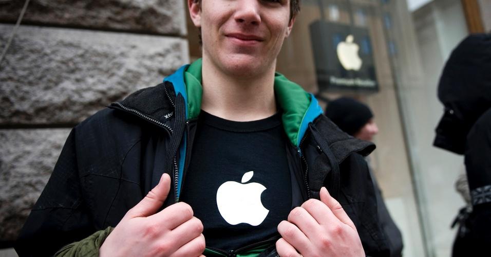Adolescente na Suécia exibe sua paixão na camiseta, enquanto aguarda a abertura da loja para comprar um iPad 2