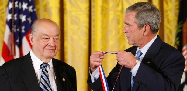 Foto setembro de 2008 mostra o ex-presidente norte-americano George W Bush (dir.) dando a Paul Baran, na Casa Branca (Washington, EUA), a Medalha Nacional de Tecnologia e Inovação