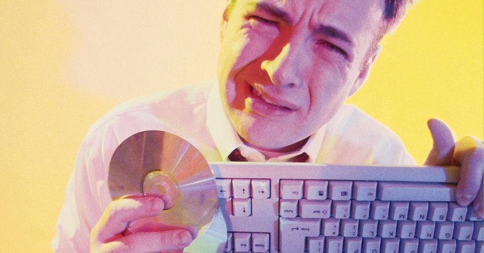 Homem, computador, triste, CD-ROM