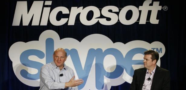 Steve Ballmer, CEO da Microsoft, e Tony Bates, CEO da Skype, em evento de anúncio
