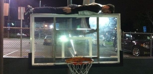 Homem pratica 'planking' em cesta de basquete; prática já causou morte na Austrália