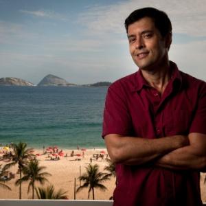 O roteirista de novelas, Tiago Santiago posa para fotos em seu apartamento em Ipanema