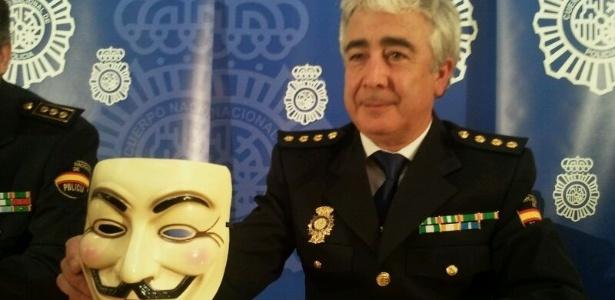 Comissário da polícia espanhola exibe máscara símbolo do grupo de hackerativistas Anonymous