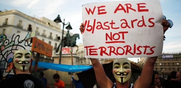Na Espanha, jovens protestam com a máscara símbolo do grupo ciberativista Anonymous; Espanha e Turquia foram alvos de ataques de negação de serviço a órgãos governamentais
