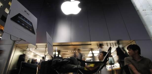 Fãs aguardam lançamento em frente à loja oficial da Apple em Tóquio, no Japão