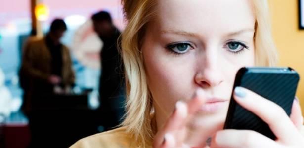 Entenda como a luz de smartphones, tablets e de ambientes fechados afeta a sua pele - Getty Images