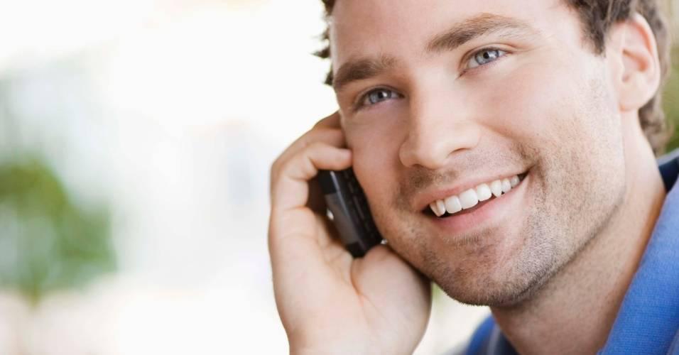 Homem fala ao celular, telefone móvel
