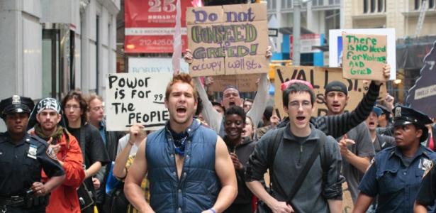 Manifestantes do ''Occupy Wall Street marcham em direção da Bolsa de Valores de NY