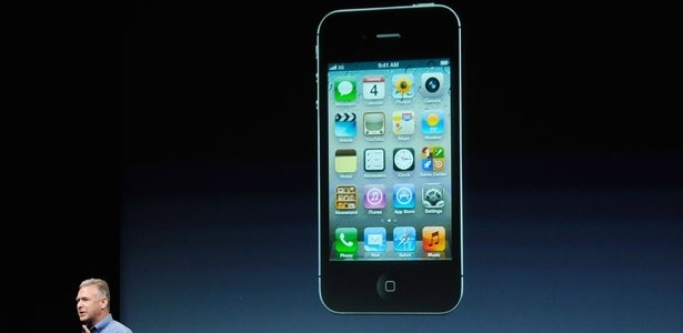 Phil Schiller, vice-presidente de marketing de produtos da Apple, apresenta o novo iPhone 4