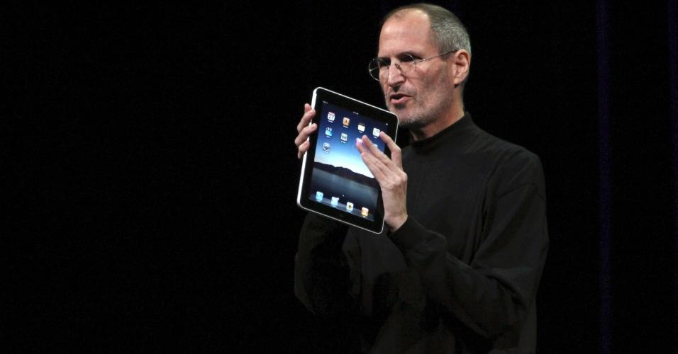 """Steve Jobs segura o tablet iPad durante o lançamento do portátil em janeiro de 2010. Segundo o jornal britânico """"Daily Mail"""", Jobs deixou planejamento de produtos para os próximos quatro anos"""