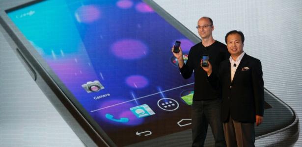 Andy Rubin (esq), executivo do Google Mobile, e J.K. Shin, da Samsung, apresentam o Nexus