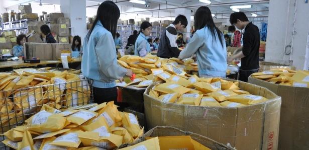 Funcionários do DealExtreme separam mercadorias no depósito da empresa em Hong Kong