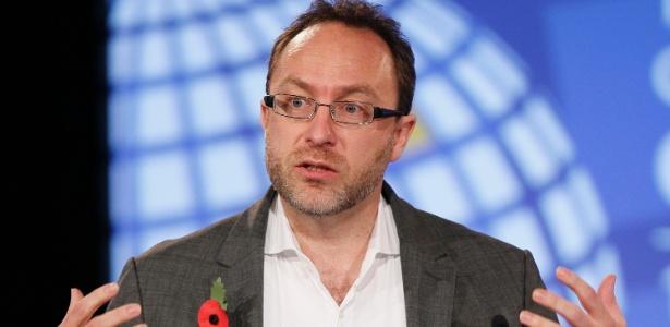 Jimmy Wales, cofundador da Wikipedia, discursa durante conferência sobre internet em Londres