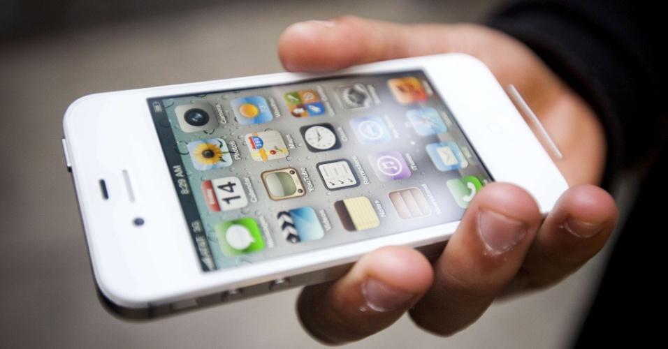 Versão branca do smartphone Apple iPhone 4S; aparelho tem câmera e procesador melhores