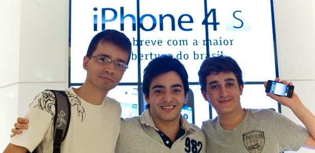 Rene de Souza, 29, Lorenzo Firmino, 17, e Marco Antônio, 16, aguardam lista de espera para comprar o iPhone 4S; smartphone da Apple pode chegar a custar mais de R$ 3 mil
