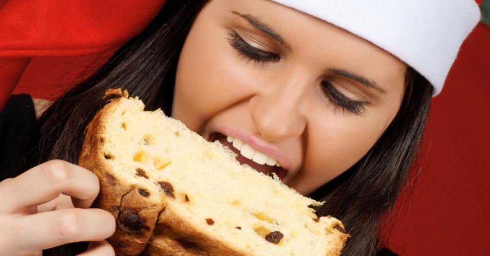 Mulher comendo panetone no Natal