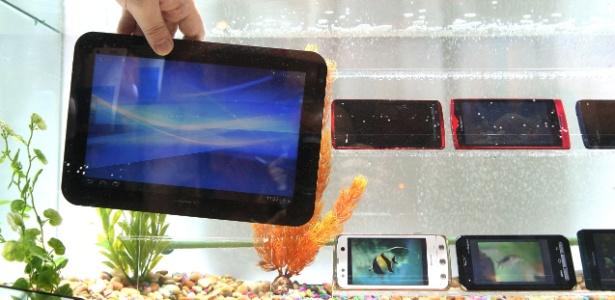 Fujitsu apresenta tablet à prova d'água e com internet 4G em feira de tecnologia. (Foto: Júlio César Guimarães/UOL)