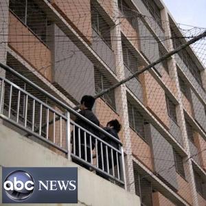 Imagem da rede de TV ABC mostra redes que cercam prédios da Foxconn, colocadas após onda de suicídios de trabalhadores em 2010