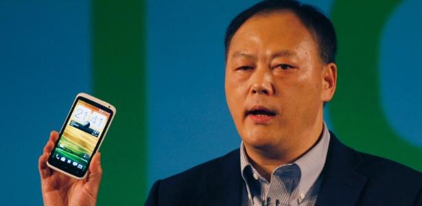 Peter Chou, diretor-executivo da HTC, posa com o smartphone HTC One durante coletiva