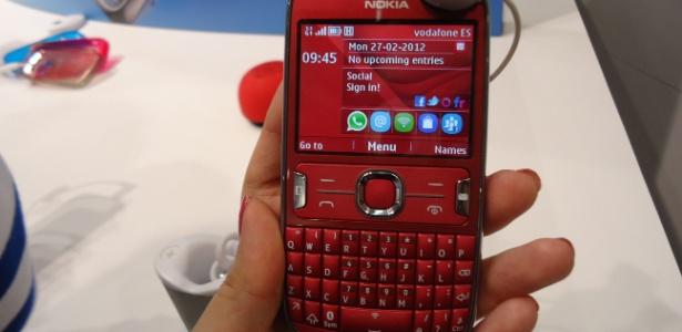 Além do teclado alfanumérico, é possível operar o celular Asha 302 pela (pequena) tela touch