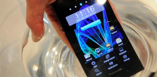 Panasonic exibiu na feira espanhola o Eluga, seu celular à prova d'água