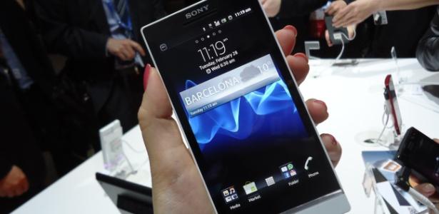 Com 4,3 polegadas de tela, o Xperia S tem display transparente que circunda a parte inferior do aparelho